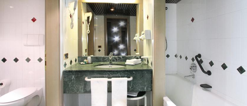 italy_dolomites_campitello_park-hotel-rubino_bathroom2.jpg